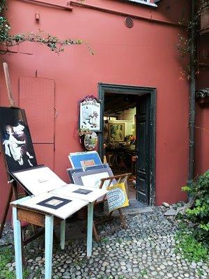 Ingresso di un atelier nel cortile degli artisti sul Naviglio Grande a Milano