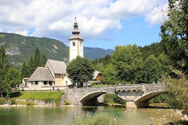 La Chiesa di San Giovanni Battista al lago di Bohinj in Slovenia