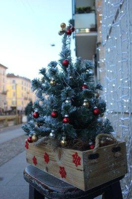 Addobbi natalizi sul Naviglio Grande a Milano