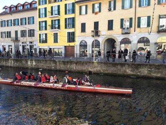 La navigazione in canoa sul Naviglio Grande a Milano