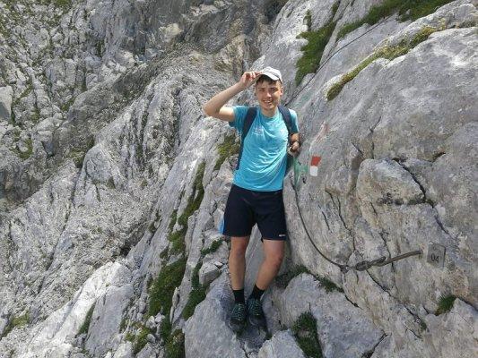 Riccardo Tomada lungo la parte attrezzata del sentiero Spinotti nelle Alpi Carniche