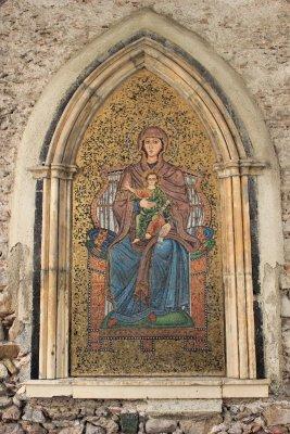 Il mosaico della Vergine e del Figlio sul muro della Chiesa di San Giuseppe a Taormina