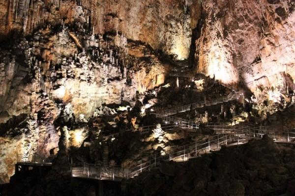 La scalinata di risalita nella Grotta Gigante in Friuli Venezia Giulia