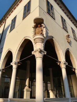 La statua della Madonna con il Bambino nella Loggia di Capodistria