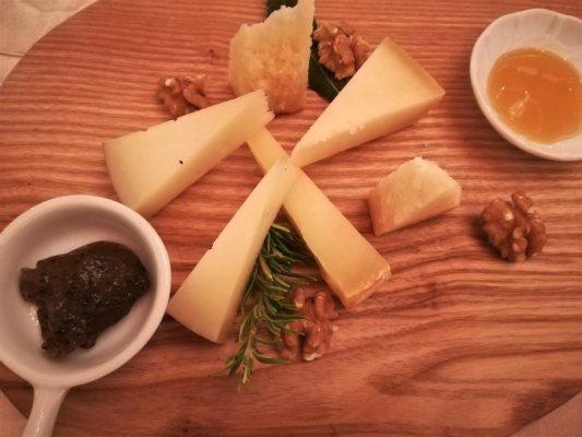 Degustazione di formaggi alla Trattoria La Torre di Castellina in Chianti
