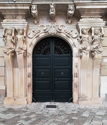 Il particolare di un palazzo in via Palmieri a Lecce