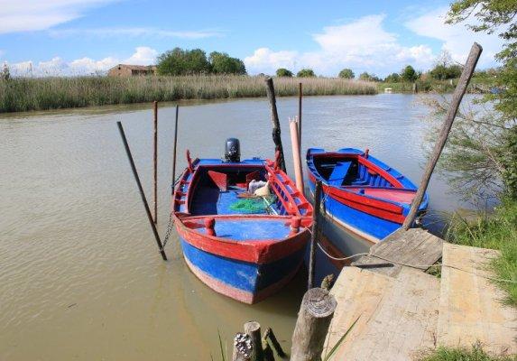 Imbarcazioni di pescatori nella laguna di Caorle