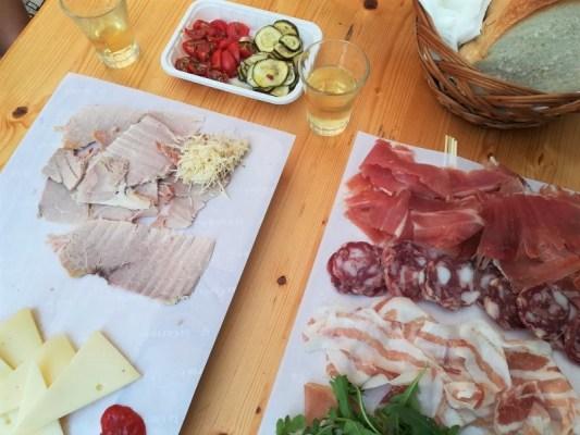 Taglieri di prodotti tipici dell'osmiza Ivan Gabrovec a Prepotto