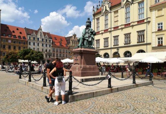 La statua di Aleksander Fredro a Breslavia