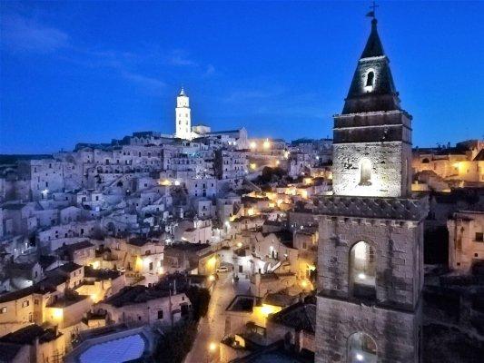 Panorama notturno di Matera dal belvedere del rione San Biagio