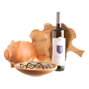 """Coș cadou cu platou din lemn în formă de frunză, farfurie de Horezu, pusculiță porcusor și vin alb """"PENTRU MARI ȘI MICI"""""""