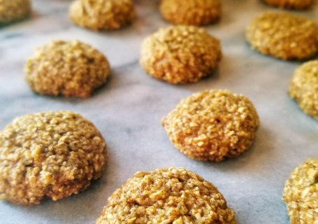 Gluten free mini pumpkin spice oatmeal cookies are bursting with the traditional flavors of fall. Make this easy recipe in just 20 minutes.