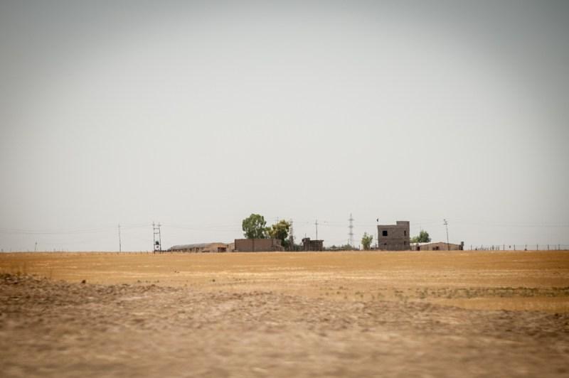 Το φυλάκιο των Σουνιτών τρομοκρατών απέναντι από το χωριό Qaraqosh. / The Sunni terrorists outpost near Qaraqosh village.