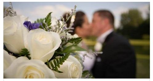 VADO IN BAGNO SPOSINA SI ALLONTANA DAL MARITO IN AEROPORTO E QUELLO CHE ACCADE E INQUIETANTE