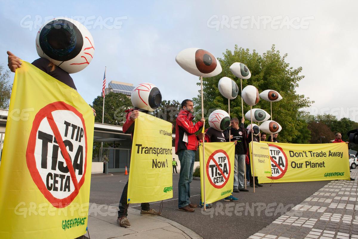 Greenpeace-AktivistInnen protestieren am frühen Morgen am Montag (20.09.16) vor der streng bewachten US-Mission in Genf gegen die laufenden Verhandlungen zum neoliberalen Handelsabkommen TiSA (Trade in Services Agreement) in Genf. ©Greenpeace