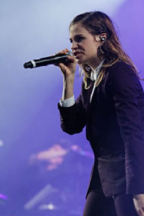 220px-Festival_des_Vieilles_Charrues_2014_-_Christine_and_the_Queens_-_014