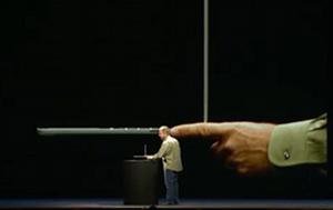 Phil Schiller zeigt mit seinem Finger, wie schmal das neue MacBook Pro ist (c) Apple