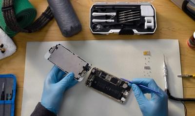 アイフォンを修理している図