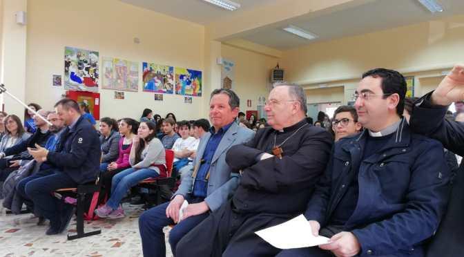 Don Franco tra gli studenti di San Giovanni Gemini