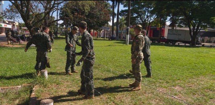Militares realizan cercado