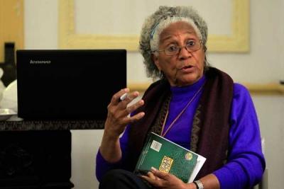 La escritora y activista Daisy Rubiera, fundadora y lideresa del grupo Afrocubanas, durante la tertulia Reyita, el 20 de febrero, que se celebra trimestralmente en La Habana y que en esta ocasión se dedicó a los estereotipos racistas de la familia. Foto: Jorge Luis Baños, IPS-Cuba