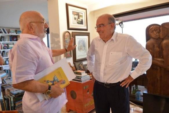 El periodista Juan Gossaín, a la izquierda, y el jefe negociador del gobierno colombiano, Humberto de la Calle, en el apartamento de este en Cartagena de Indias, durante la entrevista sobre las negociaciones con las FARC.
