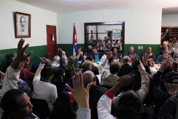 Un grupo de personas participa en uno de los debates que se multiplicaron por todo el país para discutir los proyectos de los documentos que después abordaría el VI Congreso del Partido Comunista de Cuba, de 2011. Una participación ciudadana que ha sido ajena a los preparativos del congreso que se realizará en abril.