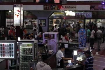 Interior del centro comercial Plaza Carlos III, con galerías de tiendas y servicios gastronómicos, en el municipio de Centro Habana, en la capital de Cuba. Este tipo de nuevos negocios, parte gestionados por operadores privados, se ven perjudicados por los revendedores informales operan en el mercado sumergido.