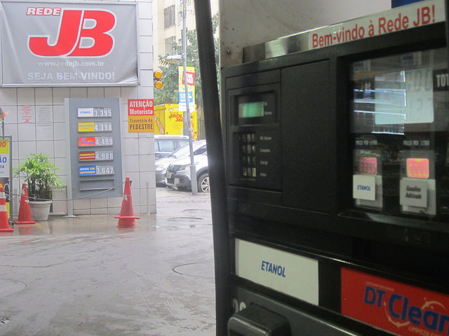 In most gas stations in Brazil, consumers can choose at the pump either gasoline and ethanol fuel, whose price is appealing when it does not exceed 70 per cent of the price of gas, to compensate for its lower efficiency. The fall in gas prices led to a reduction in the use of biofuel and that aggravated pollution in cities such as São Paulo. Credit: Mario Osava/IPS