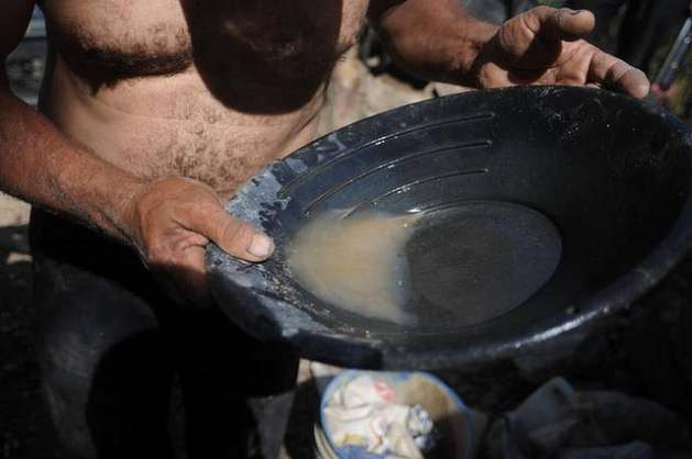 Minamata Convention - Informal gold mining is one of the main sources of mercury contamination. An artisanal gold miner in El Corpus, Choluteca along the Pacific ocean in Honduras. Credit: Thelma Mejía/IPS.