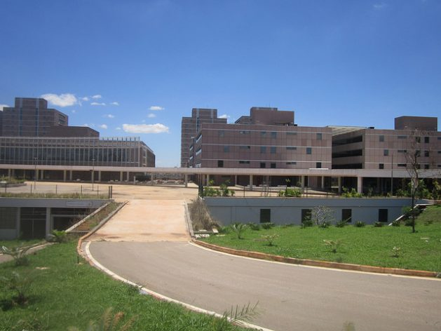 Part of the Administrative Centre built by two private companies between 2013 and 2014, to be the new seat of the government of the Federal District, in Brasilia. The 16-building complex with 3,000 parking spaces is not being used, due to an order by the courts, which are investigating allegations of corruption. Credit: Mario Osava / IPS