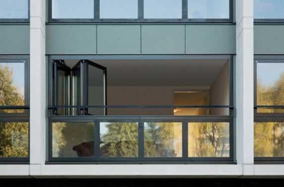 janelas guarda _corpo de vidro_ em sacadas
