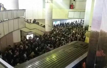 Își depășește metroul din București capacitatea?