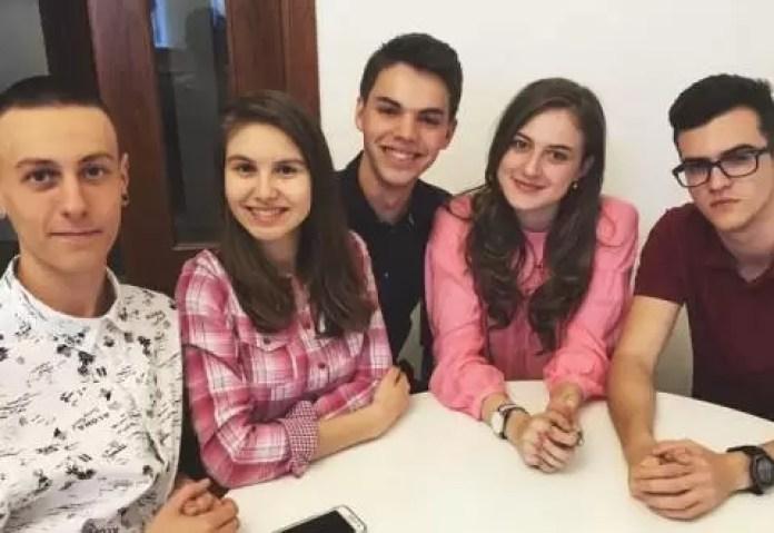 Ochelarii pentru nevăzători! Cinci tineri români au inventat ochelarii inteligenți Mitra
