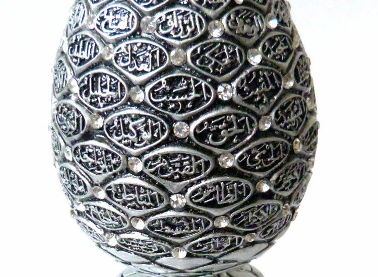 objet decoratif argente avec les 99 beaux noms d allah avec decoration d emeraudes blanches