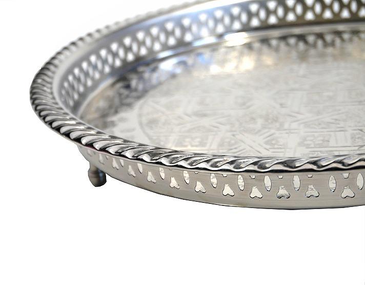 plateau rond artisanal marocain en metal argente cercle et delicatement cisele avec pieds 30 cm