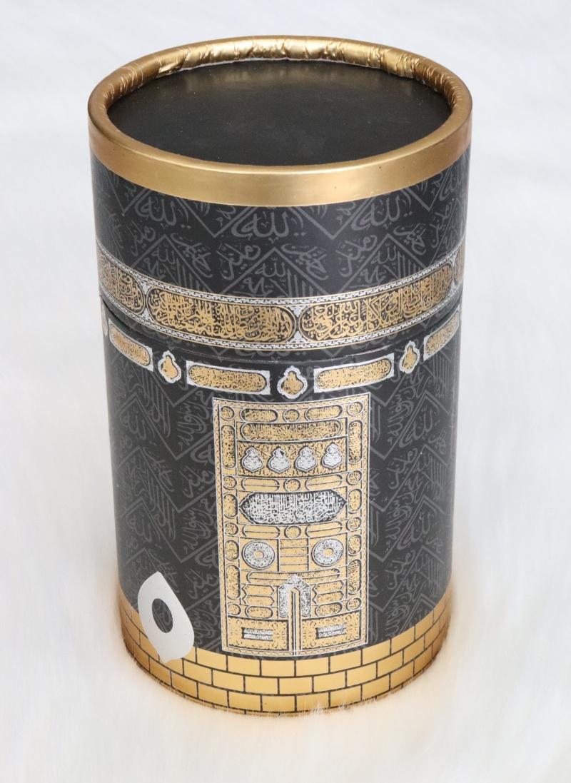 coffret cadeau priere tapis et chapelet de luxe boite ronde doree couleur noir avec motif de la kaaba