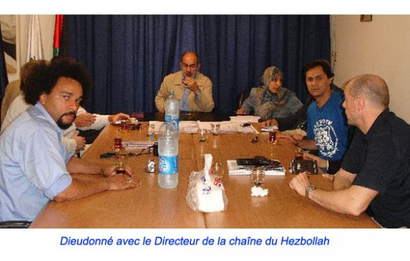 Dieudonné à Beyrouth le 28.08.2006 avec Ahmed Moualek (2ème à d.) pour rencontrer le Directeur de la chaîne de télévision du Hezbollah Al-Manar (au centre)]