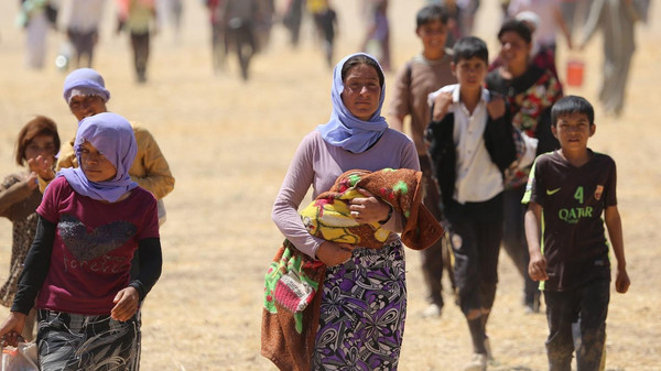 """تمكنت قوات البيشمركة الكردية، و""""وحدات الحماية الشعبية"""" (YPG)، التابعة لحزب الاتحاد الديقراطي (PYD) (كردي سوري)، من فتح ممر آمن، لإجلاء آلاف الإيزيديين المحاصرين من قبل تنظيم """"الدولة الإسلامية"""" منذ نحو أسبوع، في جبل سنجار بالموصل، شمال العراق. وسارت العائلات الإيزيدية مشيا على الأقدام، لمدة ساعتين قبل وصولها إلى الحافلات، التي استقدمت من قرى، وبلدات محافظة دهوك، حيث تحركوا باتجاه الجانب السوري، من الحدود، فيما تستمر عمليات الإجلاء لباقي المحاصرين. (Emrah Yorulmaz - Anadolu Ajansı)"""