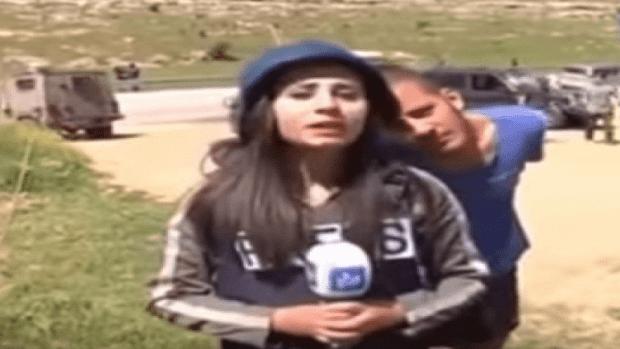 إسرائيلي يستفز مراسلة فلسطينية على الهواء.. فكيف ردت عليه؟
