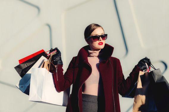 Femme élégante faisant du shopping
