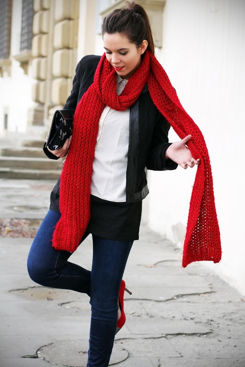Una sciarpa rossa per una settimana tra aerei e treni