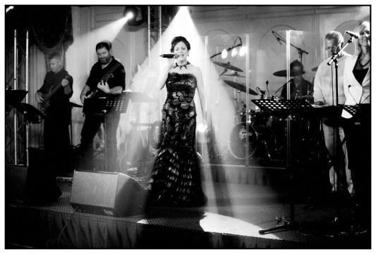 De Nederlandse zangeres Irene de Raadt, sopraan, Showorkest de Heverband, zangeres boeken, huwelijk, trouwen, trouwfeest, Jan Ceulemans