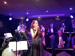 Irene en Dokter Bernard and His Swinging Orchestra in Societeit Engels