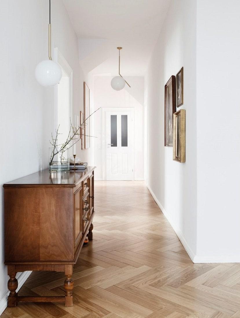 Come, in salotto, un tavolo in legno che presenta i segni dell'usura, in cucina un frigo. Arredamento Moderno E Antico Come Creare Il Giusto Mix Irene Pea Interior