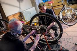 Friedrich Kube (l.) und Nils Fokuhl bauen einen Drahtesel zur mobilen Werkstatt um
