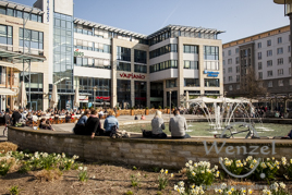 Der Frühling ist da – reger Betrieb in den Straßencafés - wie hier am Ulrichsplatz Magdeburg