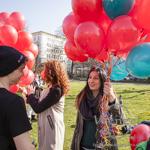 Luftballon Flashmob –  hunderte roter Luftballons steigen in den Magdeburger Frühlingshimmel