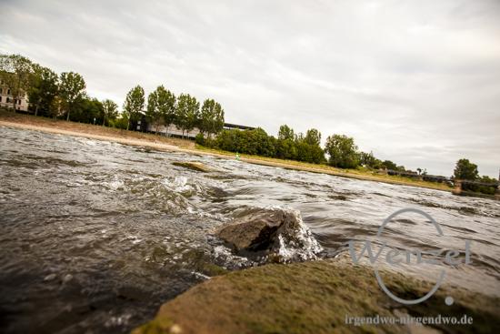 Elbe bei Niedrigwasser –  der Domfelsen tritt hervor