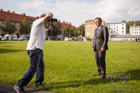 Posing Thomas Oppermann (SPD) - im Hintergrund die Demo gegen die Asylpolitik der Bundesregierung